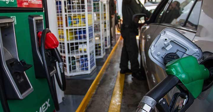 """CIUDAD DE MÉXICO, 02ENERO2018.- La liberación en los precios de la gasolina Magna y Premium continua, en algunas gasolineras se llega a ofrecer hasta en 19 pesos la """"roja"""". FOTO: ISAAC ESQUIVEL/CUARTOSCURO.COM"""